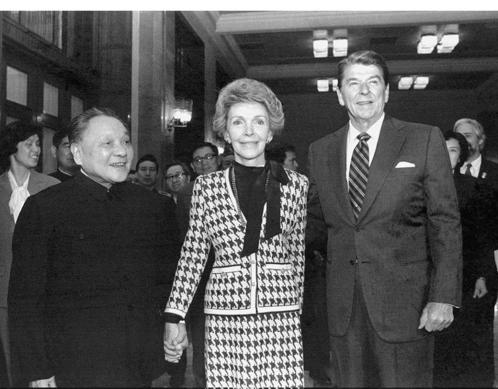 28 de marzo de 1984. El presidente de EE UU Ronald Reagan y la primera dama Nancy Reagan se entrevistan con el líder chino Deng Xiaoping en el Gran Salón del Pueblo en Pekín.