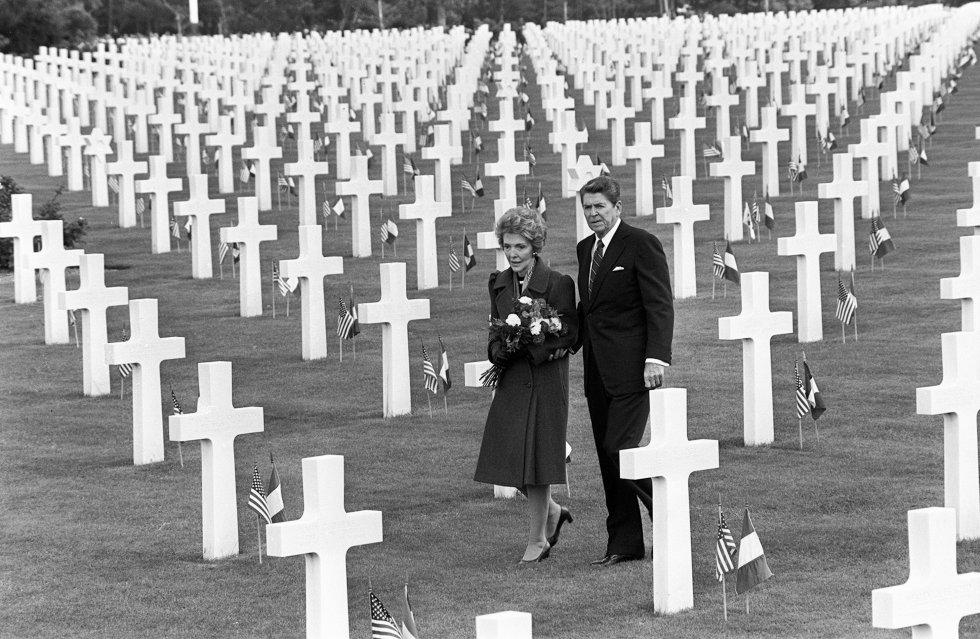 6 de julio de 1984. El presidente de EE UU, Ronald Reagan, y su esposa, Nancy, visitan las tumbas del Cementerio Americano en la playa de Omaha, donde están enterrados los soldados estadounidenses muertos en el desembarco de Normandía (Francia), durante la Segunda Guerra Mundial.