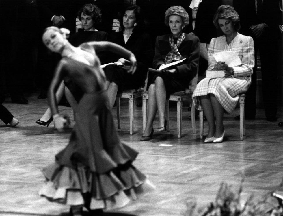 7 de mayo de 1985. Nancy Reagan, primera dama norteamericana, junto a la reina Sofía y a Carmen Romero, en la clase de la Escuela de Arte Dramático y Danza en el escenario del Teatro Real de Madrid, durante la visita oficial del presidente norteamericano y su esposa a España.