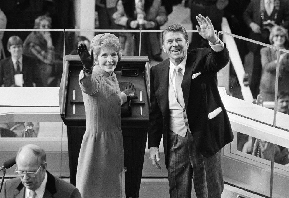 El presidente Ronald Reagan y Nancy Reagan saludan después de la toma de posesión en el Capitolio.
