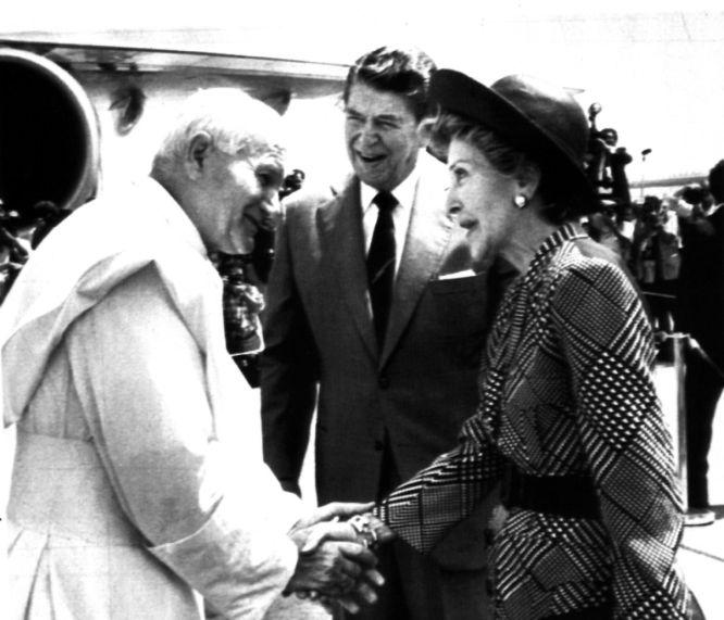 10 de septiembre de 1987. El Papa Juan Pablo II saludando a Ronald y Nancy Reagan, a su llegada a Miami, durante la visita oficial del primero a Estados Unidos