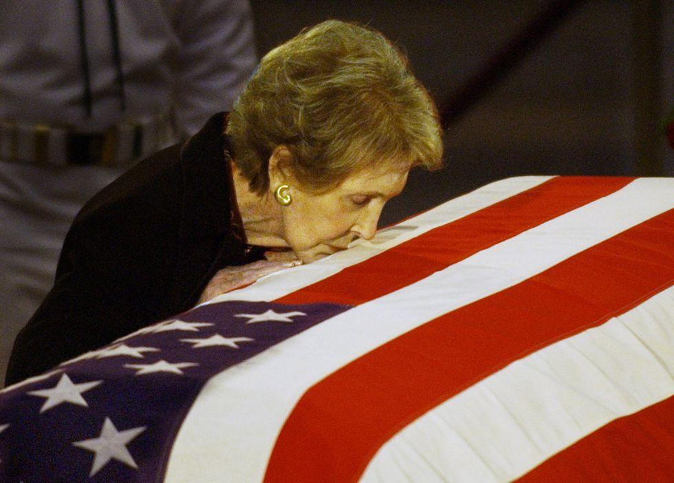 11 de julio de 2004. Nancy Reagan (1ªi), viuda del ex presidente de EE UU Ronald Reagan, besa el féretro con los restos de su marido en el Capitolio (Washington). Actualmente, la ex primera daman vivía en el barrio de Bel Air, pero en los últimos años su estado de salud estaba muy deteriorado.