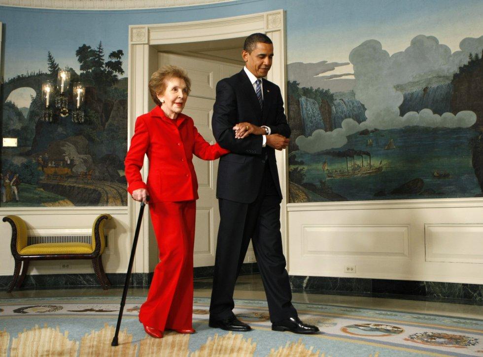 2 de junio de 2009. El presidente Barack Obama acompaña a Nancy Reagan durante el acto de la firma de la Comisión del Centenario de Ronald Reagan en la Casa Blanca.