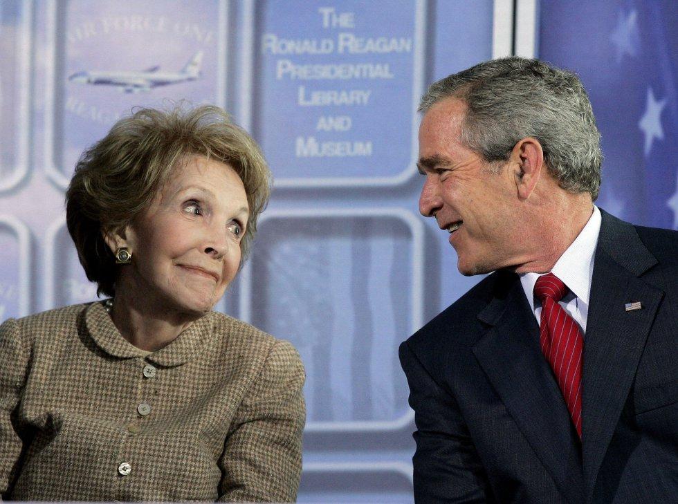 21 de octubre de 2005. El presidente de los Estados Unidos George W. Bush con Nancy Reagan durante una ceremonia dedicada a las Fuerzas Aéreas en California.