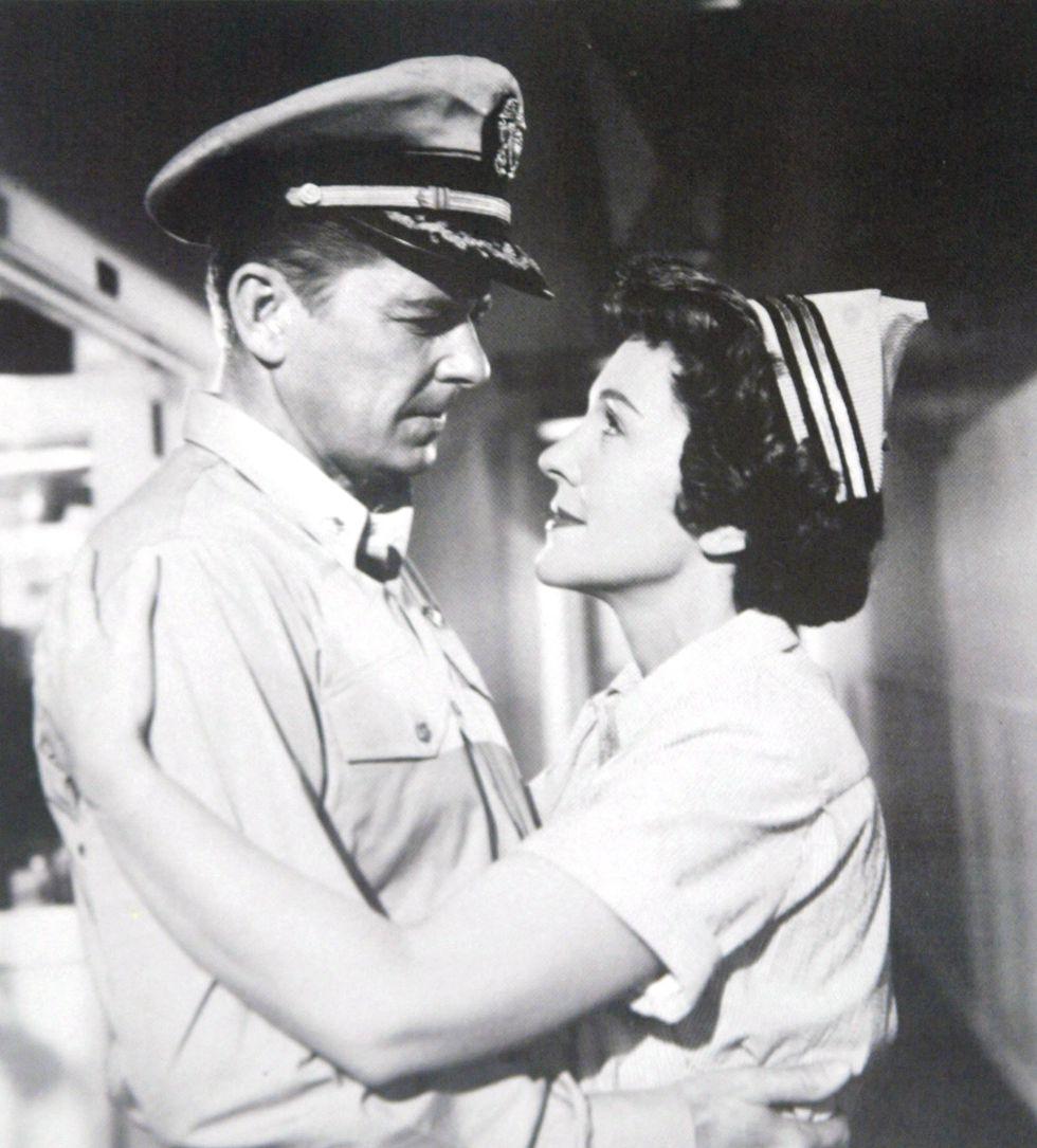1957. Nancy Davis y Ronald Reagan en una escena de la película 'Hellcats of the navy'.