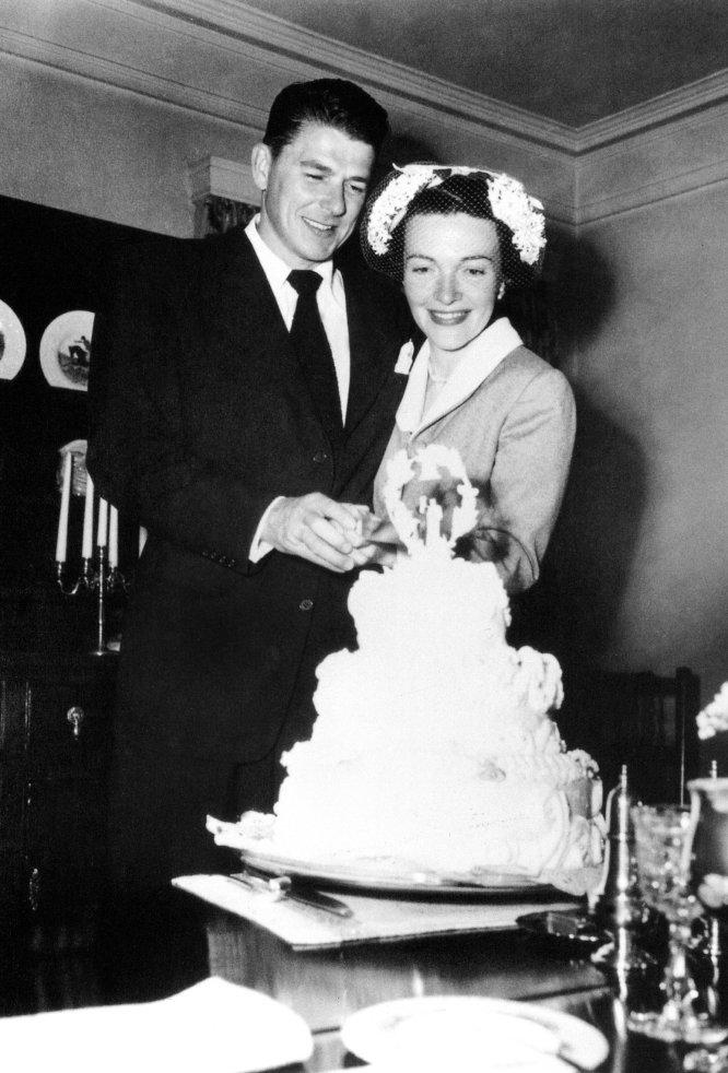 3 de mayor de 1952. Ronald y Nancy cortan la tarta nupcial durante su boda.