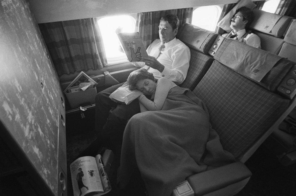 11 de agsoto de 1976. Nancy Reagan junto con su marido durante de regreso a California después de un viaje de la Convención Nacional Republicana.
