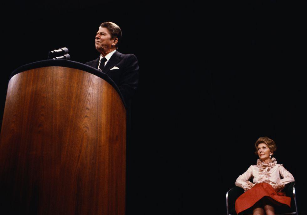 Diciembre de 1980. Nancy Reagan escucha a su marido durante un discurso.