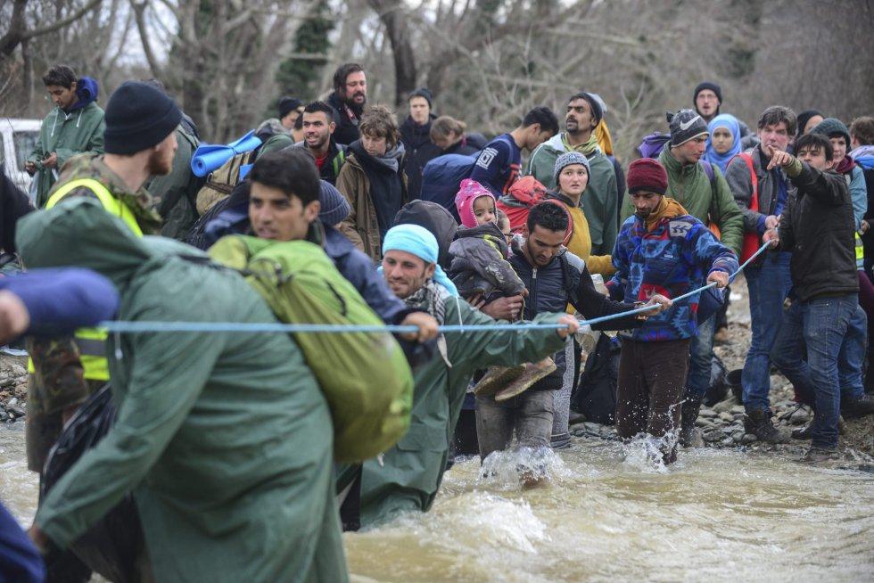 La huida por el río de los refugiados
