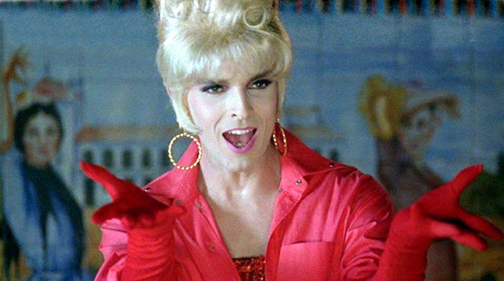 En 1991, Bosé se unió al clan Almodóvar y formó parte del elenco de 'Tacones lejanos'. En la película, su personaje tenía una doble vida: travesti de cabaret de noche, juez de día. Ese ambiguo personaje se parecía mucho a la dualidad con la que vivía el propio Bosé.