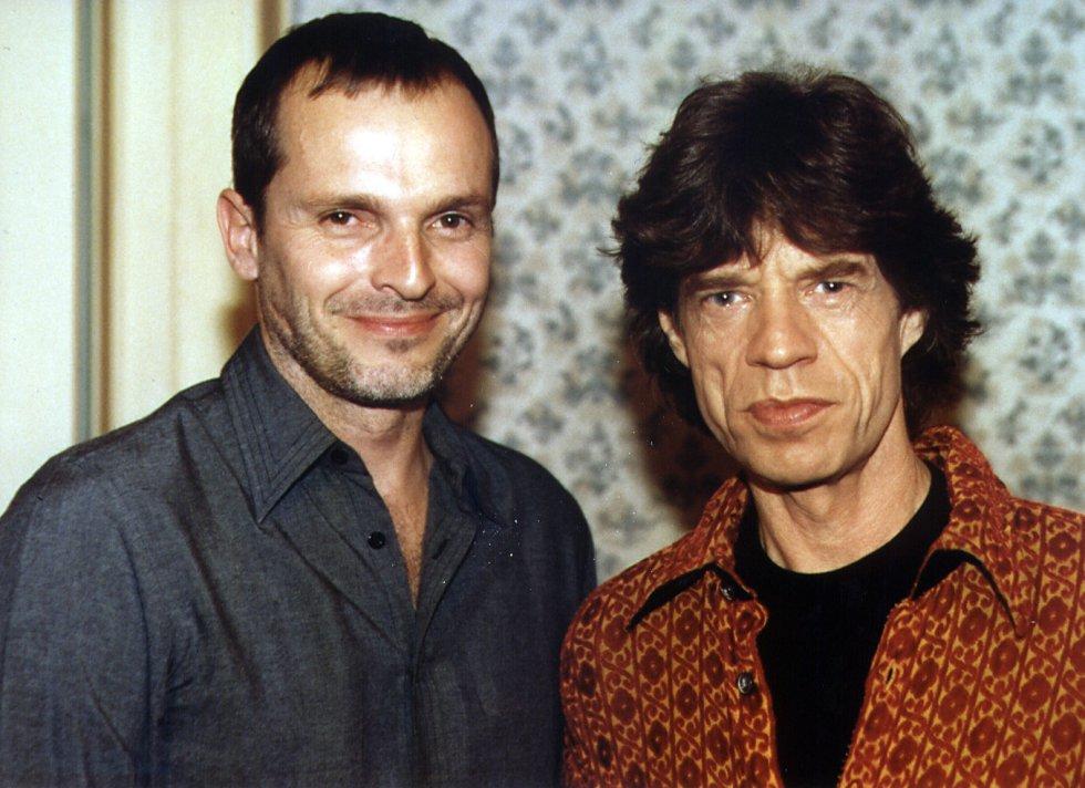 Por el plató de 'Séptimo de caballería', que más tarde se rebautizaría como 'El séptimo', pasaron artistas reconocidos mundialmente como Madonna, REM o Chavela Vargas. En el marco del programa, Bosé también tuvo la oportunidad de entrevistar a grandes músicos como Mick Jagger, vocalista de los Rolling Stones. Esa fue la única entrevista que Jagger dio a un medio español en 1998.