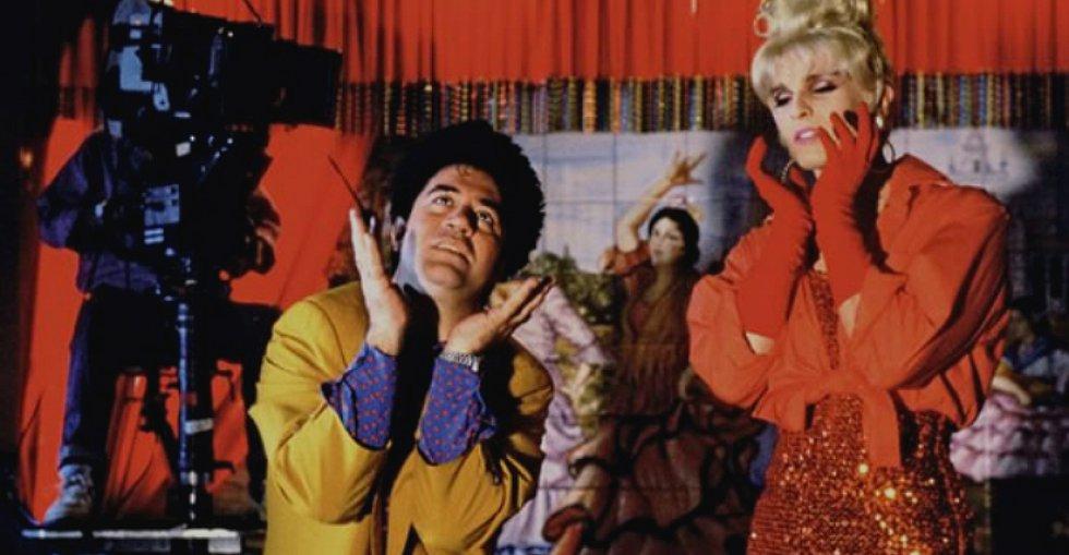 """Podría decirse que el cantante se convirtió en una """"chica Almodóvar"""". Junto a él, formaba parte del reparto Victoria Abril, Marisa Paredes, Cristina Marcos y Javier Bardem. En la imagen, Almodóvar da instrucciones a Bosé mientras interpreta su papel como Femme Letal."""