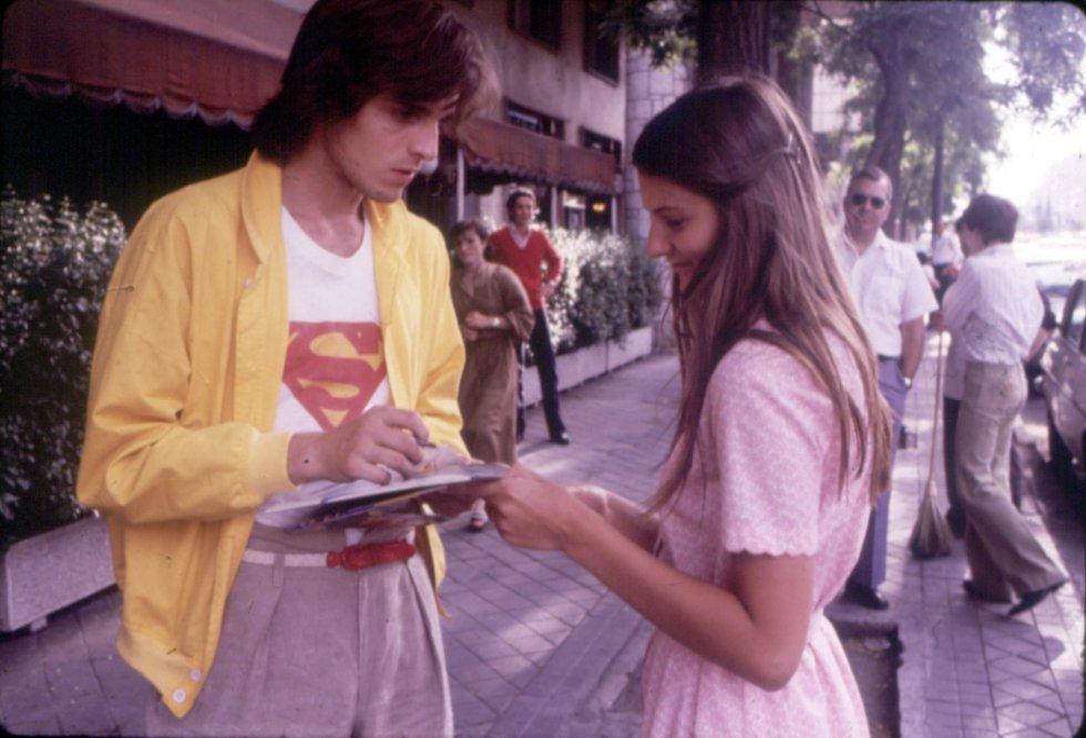 En 1979, solo dos años después de empezar en el mundo de la música, Bosé ya había grabado su tercer álbum y comenzaba a tener cierta proyección internacional. En ese disco, llamado 'Chicas', había temas compuestos y producidos por Danilo Vaona. Uno de sus mayores éxitos durante esa época fue el popular single 'Super Superman'. A la lista de éxitos se sumarían más tarde 'Don Diablo', 'Amante bandido', 'Como un lobo' y 'Morenamía', entre otros.