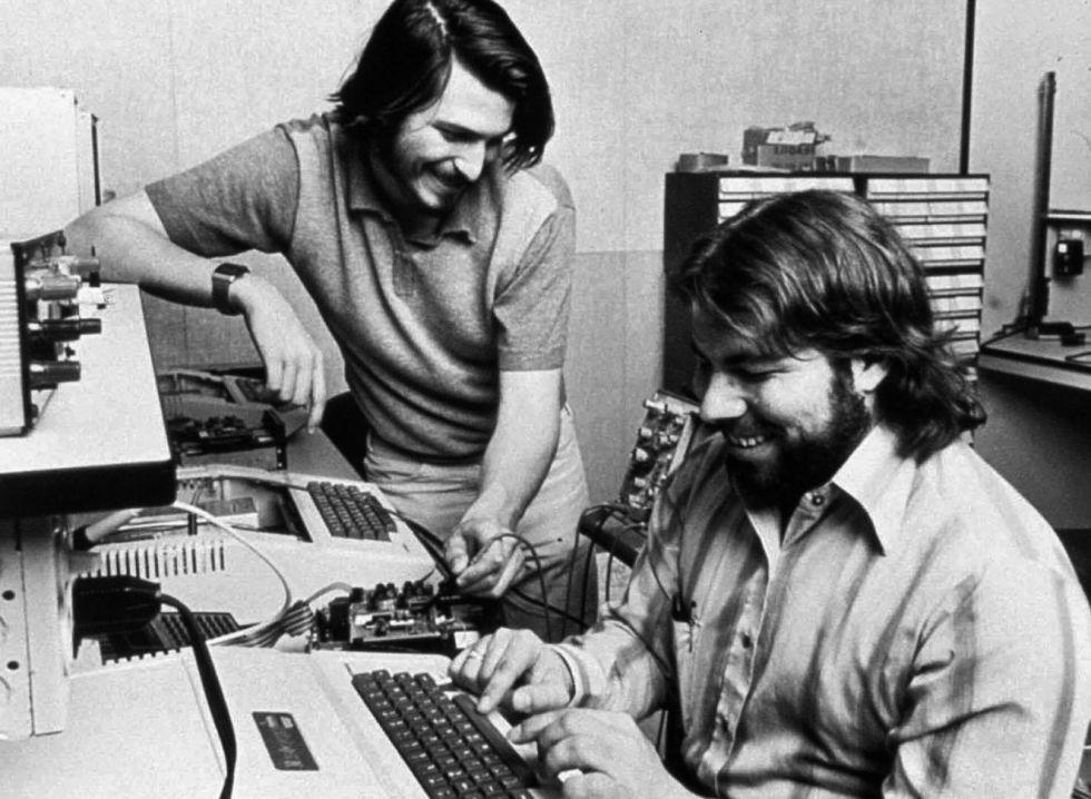 9052b74581e Steve Jobs y Steve Wozniak en el famoso garaje de Jobs en el que crearon  Apple