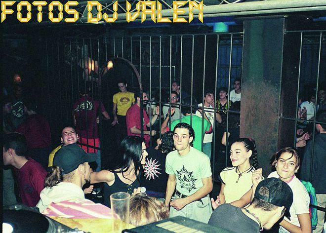 8549fe82511 Una noche cualquiera de los 90 en la discoteca Attica en Madrid.