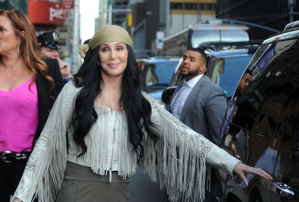 Mientras piensa si volver a los escenarios o no, Cher pasa el tiempo tuiteando —cuenta con tres millones de seguidores en la red social— y preparando su regreso discográfico, previsto para 2017.