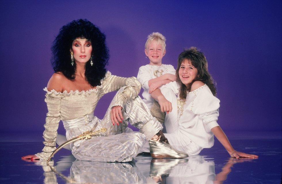 Retrato de familia. Cher posa con sus dos hijos en junio de 1981. Elijah Blue Allman (centro) nacido en 1976, es fruto del matrimonio de la cantante con el músico Gregg Allman, y Chaz Bono (derecha) nacida como Chastity en 1969, es hija de Cher y Sonny Bono, el primer marido de la cantante. Chaz se sometió a un proceso de cambio de sexo entre 2008 y 2010.