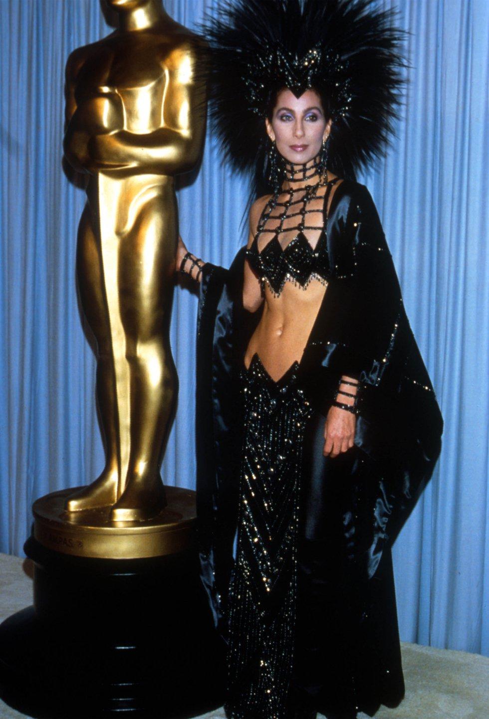 """Acudió a la gala de los Oscar con este particular 'look' en 1986. """"No fui nominada por 'Mask' (1985). Alguien me dijo que era porque la Academia no me toma en serio porque no visto de manera seria. Así que ese año decidí ponerme una gran cresta"""", contó a la prensa."""