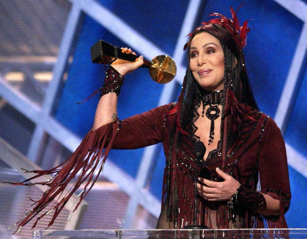 A partir de 'Believe' llegaron premios de todo el mundo: un Grammy, un Emmy, varios premios Billboard, Bambi (Alemania), NRJ (Francia) e incluso un premio Ondas, varios premios Amigo y un premio 40 Principales en España. En la imagen, recoge un premio Billboard en 2002.
