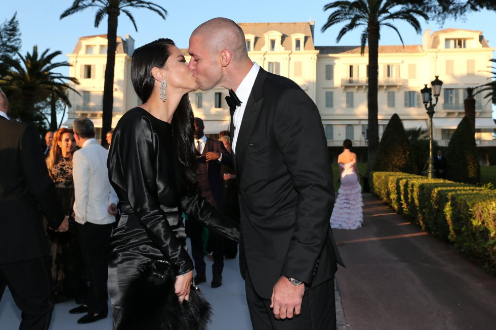 16e9661fe Getty Images for amfAR  Adriana Lima y Joe Thomas se besan ante los  fotógrafos.