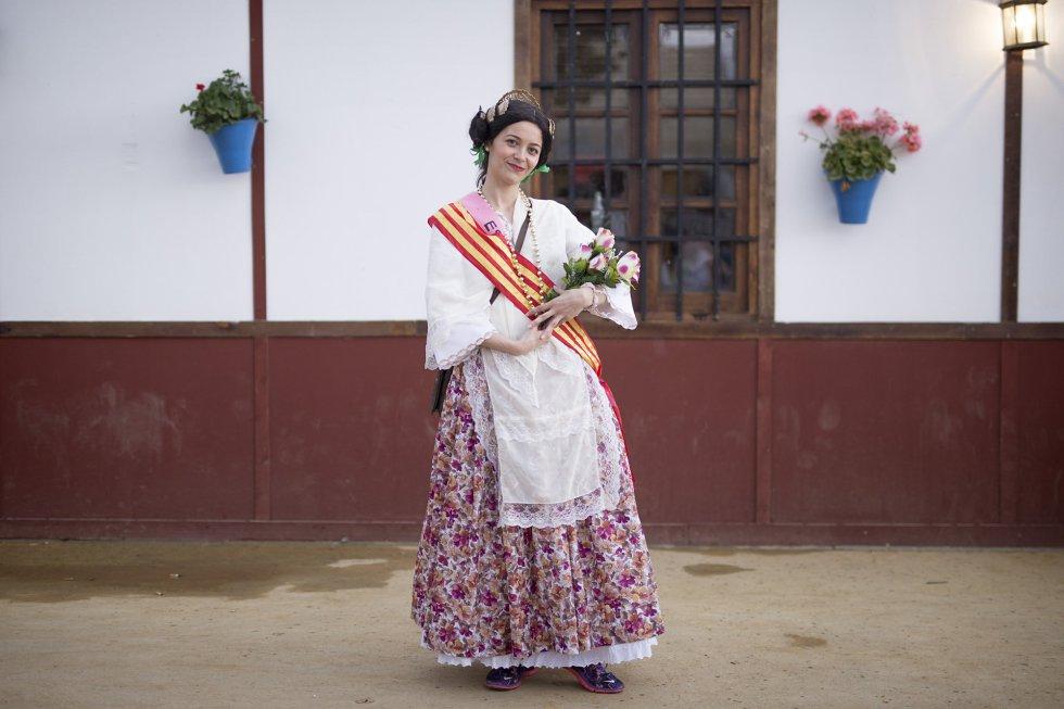 Maite Quijada, Córdoba. Se casa el 25 de Junio de 2016. Las amigas la han disfrazado con el traje típico de Valencia, ya que su novio es valenciano. A él lo han disfrazado de flamenco y se lo han llevado a su tierra.
