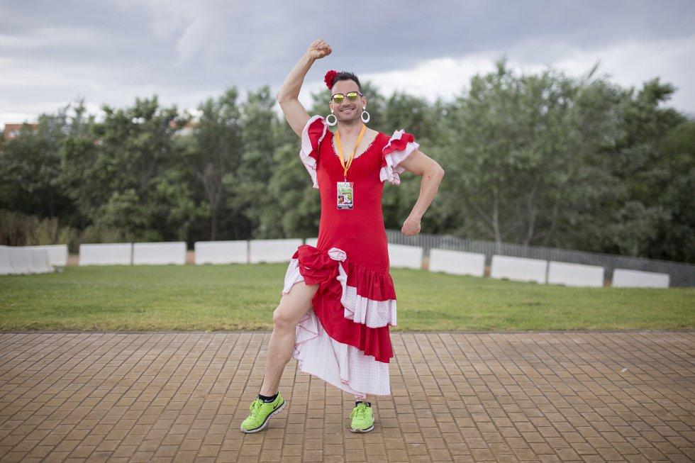 Carlos Santa, Valencia. Se casa el 4 de Junio de 2016. Los amigos lo han disfrazado de flamenca.