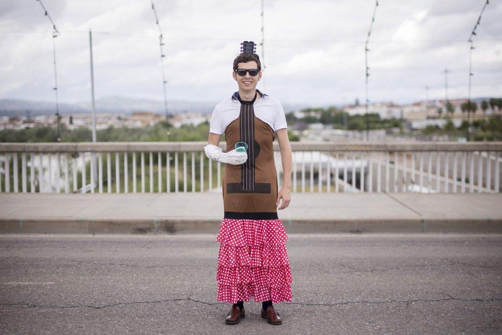 Fran Salas, Sevilla. Se casa el 23 de Julio de 2016. Los amigos lo han disfrazado de guitarra flamenca.