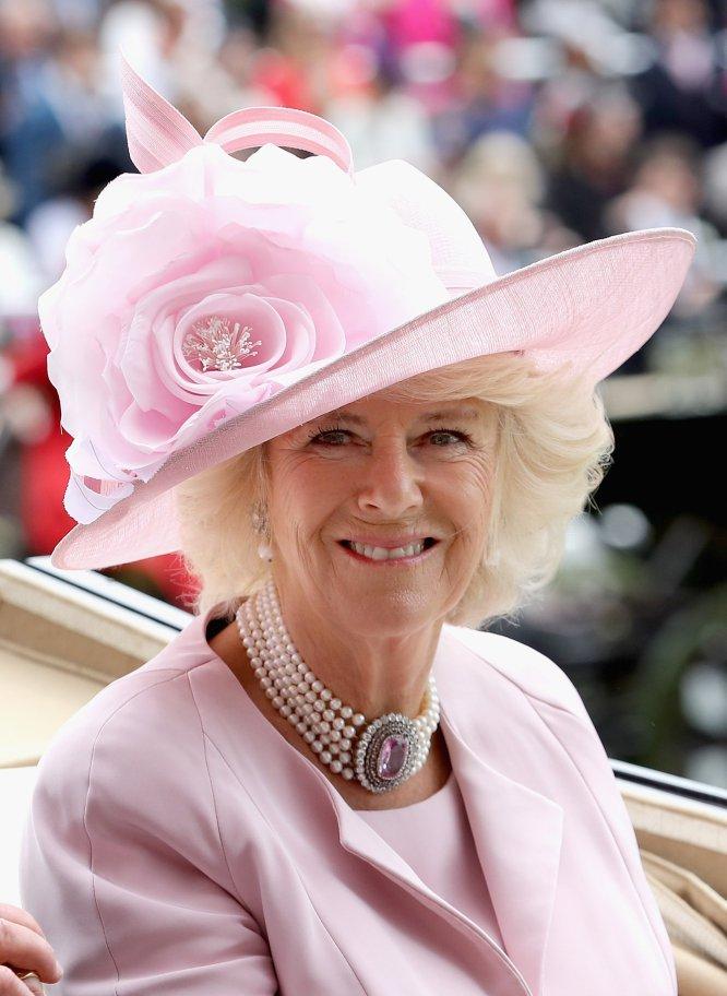 f73aee8b50e01 Kirstin Sinclair  La duquesa de Cornualles ha conjuntado su sombrero con su  vestimenta.