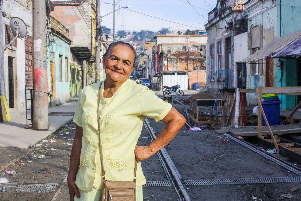 """Entre todos los vestidos elegantes que había en su armario, Adelina Monteiro, de 75 años, se decantó por uno amarillo para animar a Brasil en su primer día en un estadio olímpico. Pasará el día en la piscina de saltos ornamentales, aquella que se tiñó de verde. Vecina de Providência, la primera favela de Río, tiene ocho hijos, 16 nietos y seis bisnietos. Son tantos que ya ni se acuerda de cómo se llaman, aunque uno de sus nietos sea Gabriel Monteiro, campeón mundial de jiu-jitsu. Debajo de sus canas, Adelina guarda el recuerdo de la guerra del narcotráfico que sigue presente en su comunidad: un trozo de una bala perdida incrustada en su cráneo desde 1984. """"No me duele ni cuando el tiempo cambia. Les pareció mejor dejarla ahí"""", explica. Adelina fue al estadio gracias a las entradas que la Unidad de Policía Pacificadora (UPP) que llegó a su barrio para acabar –sin mucho éxito– con el dominio del narcotráfico, ofreció a algunos vecinos de la favela."""