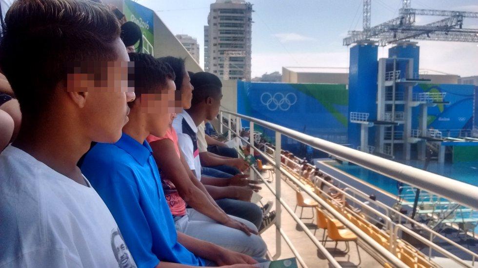 """Entre el público que acudió al Maria Lenk había un grupo de adolescentes presos. Los jóvenes, que cumplen un régimen semiabierto por varios tipos de delitos, recorrieron 170 kilómetros —tres horas de viaje— para llegar al Parque Olímpico. """"El mayor contraste en el evento son sus paradojas clasistas que ponen de manifiesto que existe un Brasil para la élite blanca, de clase media, y otra realidad reservada para los trabajadores, en su mayoría negros y pobres, que brillan por su ausencia, principalmente, en los eventos olímpicos de la ciudad"""", explica el profesor de los muchachos, Erlon Couto."""