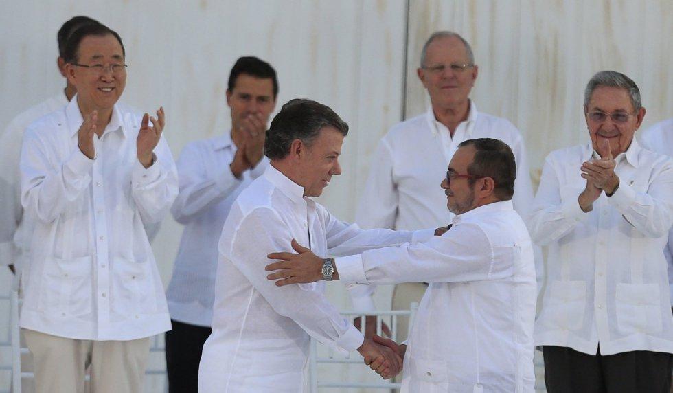 El presidente de Colombia, Juan Manuel Santos, y el líder negociador de las FARC, Rodrigo Londoño, firman el acuerdo de paz