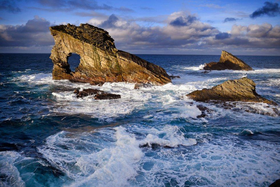 Vista del arco natural Gaada Stack en la isla de Foula.