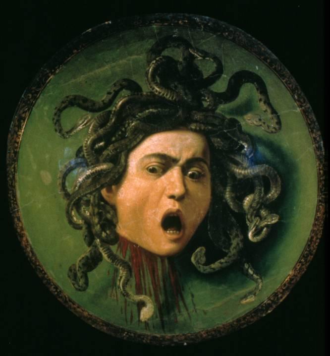 """Dramatismo, angustia, conmoción. Son sentimientos a los que el ser humano se enfrenta durante su vida. Y en el cuadro de Caravaggio están muy bien representados. En una tabla redonda, donde destacan las serpientes, la sangre y el espanto de los ojos, Caravaggio representó la cabeza de Medusa, el monstruo femenino que convertía en piedra a quien la miraba fijamente como un reflejo del espanto. """"La obra del pintor italiano, terminada por 1597, inquieta, crea ansiedad y es una de las más representativas y reconocibles de la historia del arte"""", argumenta el historiador de arte Julio Pérez. """"Su visión es necesaria para entender el dramatismo, la tensión, la conmoción que sucede a la violencia, a los imprevistos""""."""