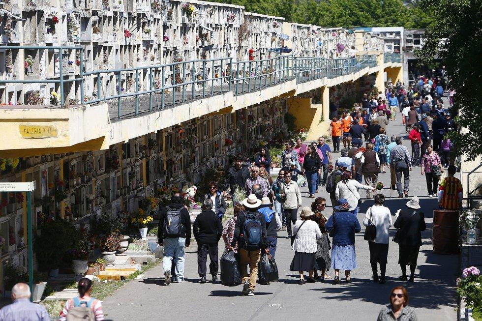 Personas visitan el Cementerio General de Santiago de Chile (Chile).