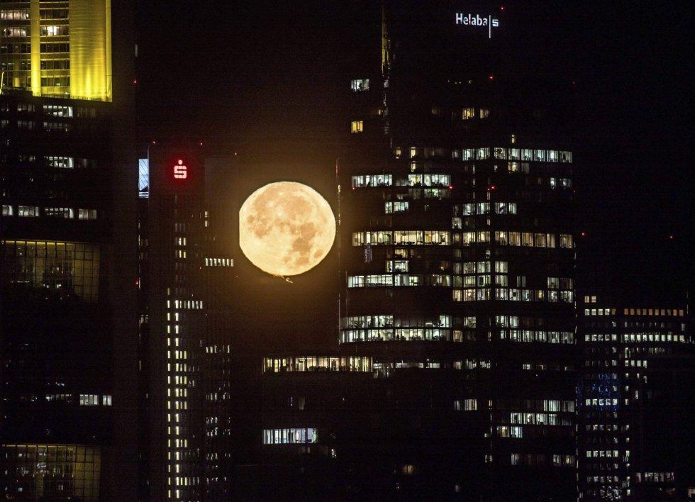 La Luna ilumina el cielo sobre Fráncfort (Alemania).