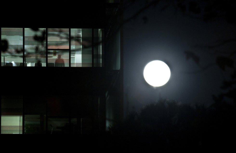 La Superluna en una zona de oficinas de la capital de España.