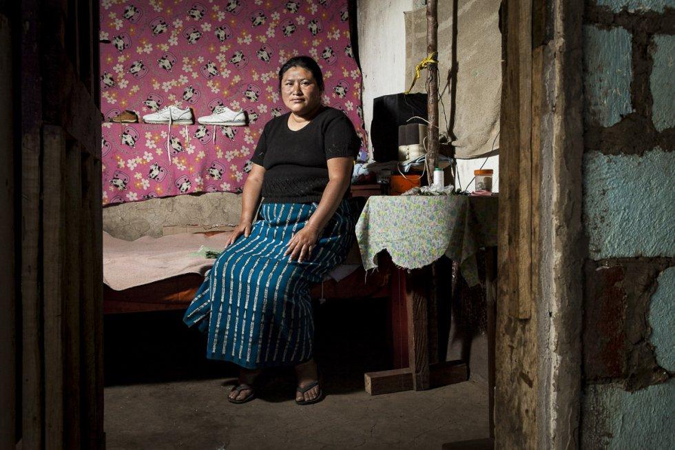 Martha Lidia es madre de cinco hijos en la comunidad de Chuk-muk y se gana la vida trabajando en la mostacilla. Su vida cambió con el paso de huracán Stan que sepultó su casa y forzó a ella y a su familia a trasladarse a este pueblo dónde apenas hay trabajo y oportunidades para las mujeres.