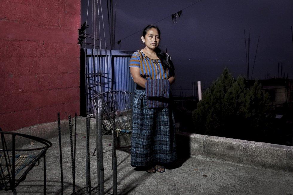 Elvira Carolina Pérez Cúmez tiene 35 años y es activista en defensa de los derechos de la mujer indígena. Durante su etapa en un colegio de Quetzaltenango, uno de sus compañero la discriminó y humilló públicamente por su identidad indígena tachándola de 'india'.