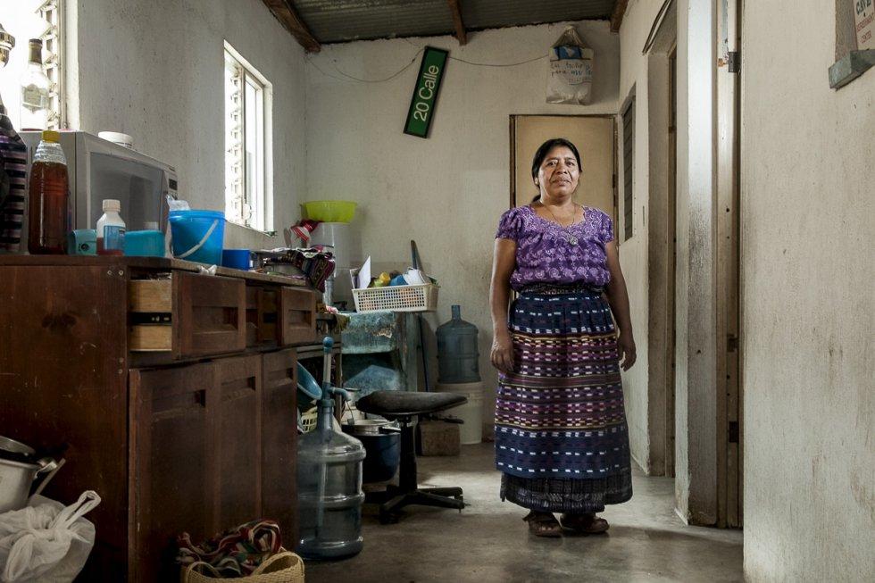 Encarnación Mendoza Quic tiene 46 años y vive en la Comunidad de San Juan La Laguna, Sololá. Es madre de cinco hijos, dos de ellos con síndrome de Down y el último de ellos acaba de perder la vista. Tiene su propia tienda de textiles y recuerdos que vende a los turistas que visitan el pueblo. Huérfana de madre y procedente de una familia de bajos recursos, acarrea sin ayuda la carga de dos hijos enfermos y el estigma de ser mujer indígena.