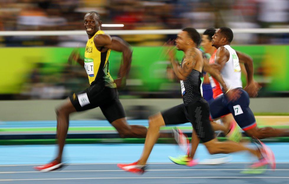 El Jamaicano Usain Bolt Mira Al Canadiense Andre De Grasse Durante Una Competicion En Los Juegos