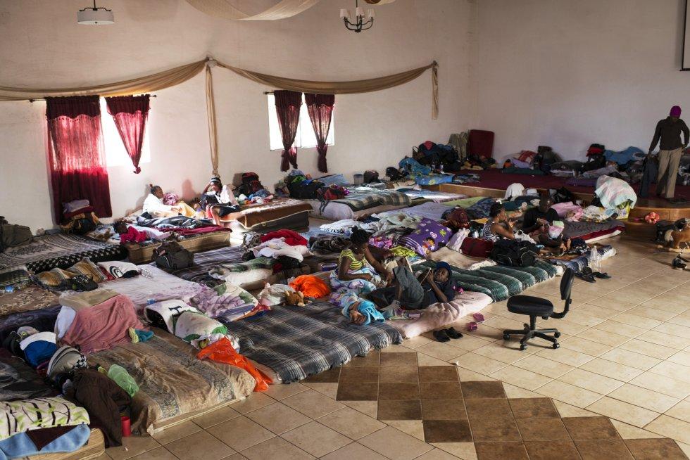 Esta iglesia evangélica decidió ayudar a los haitianos que llegaban a la ciudad y no tenían donde dormir. Consiguieron que la comunidad les diera comida y colchonetas, actualmente alberga a más de 150 personas diarias. rn
