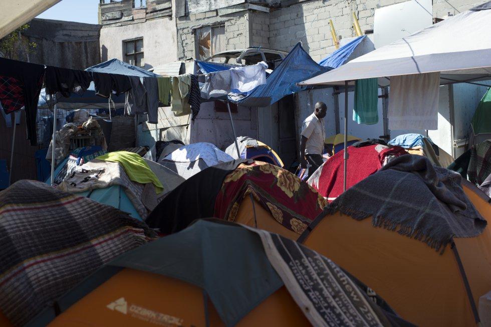 El albergue Juventud 2000 frente a la frontera de Tijuana y EEUU consiguió casas de campaña para paliar la crisis humanitaria que estaba viviendo la ciudad tras la llegada de los más de 5000 migrantes haitianos y Transcontinentales en desde el mes de mayo.