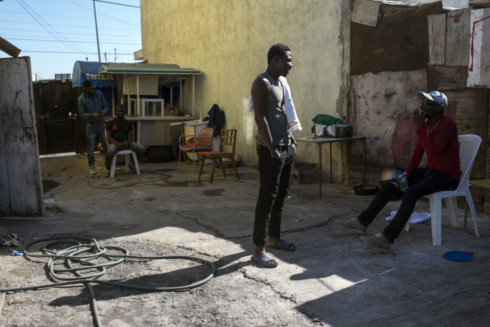 Migrantes africanos en el Albergue Juventud 2000, pasan el día mientras esperan poder entrar en los EEUU.