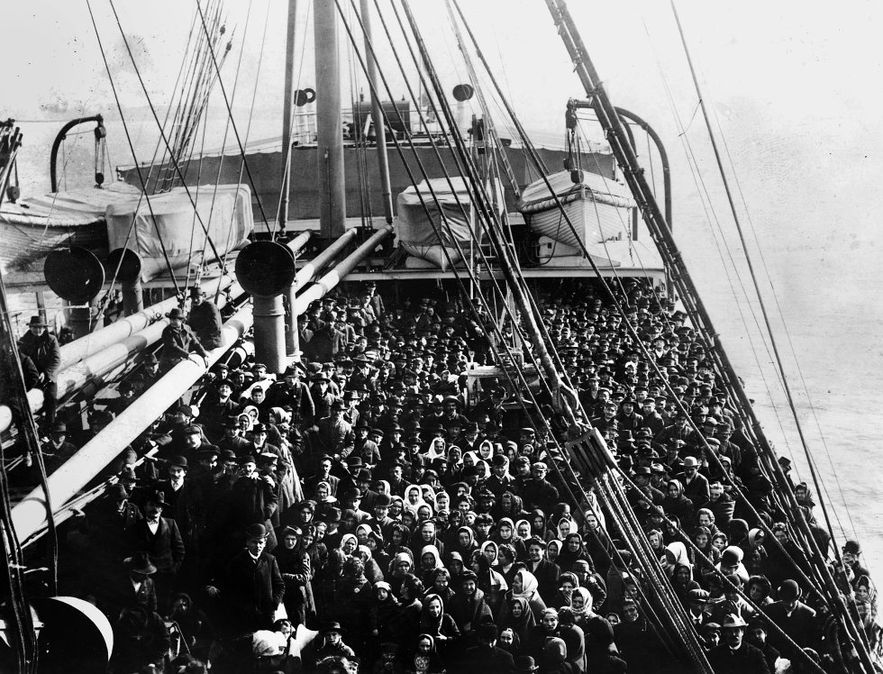 El barco S.S. Patricia se dirige repleto de inmigrantes a Ellis Island, en Nueva York, en 1906. THE GRANGER COLLECTION / CORDON PRESS