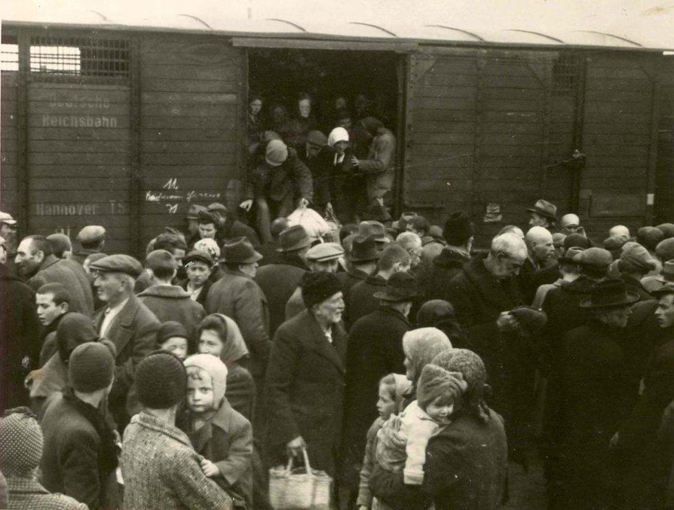 Judíos ancianos, provenientes del gueto de Beregovo, son ayudados a descender de uno de los trenes. En un lateral del vagón puede leerse: Deutsche Reichsbahn (Ferrocarriles Estatales de Alemania). La primavera de 1944 fue el momento en que el Auschwitz-Birkenau se convirtió en la mayor máquina de matar del nazismo. En torno a 400.000 judíos húngaros fueron asesinados en apenas unos meses.