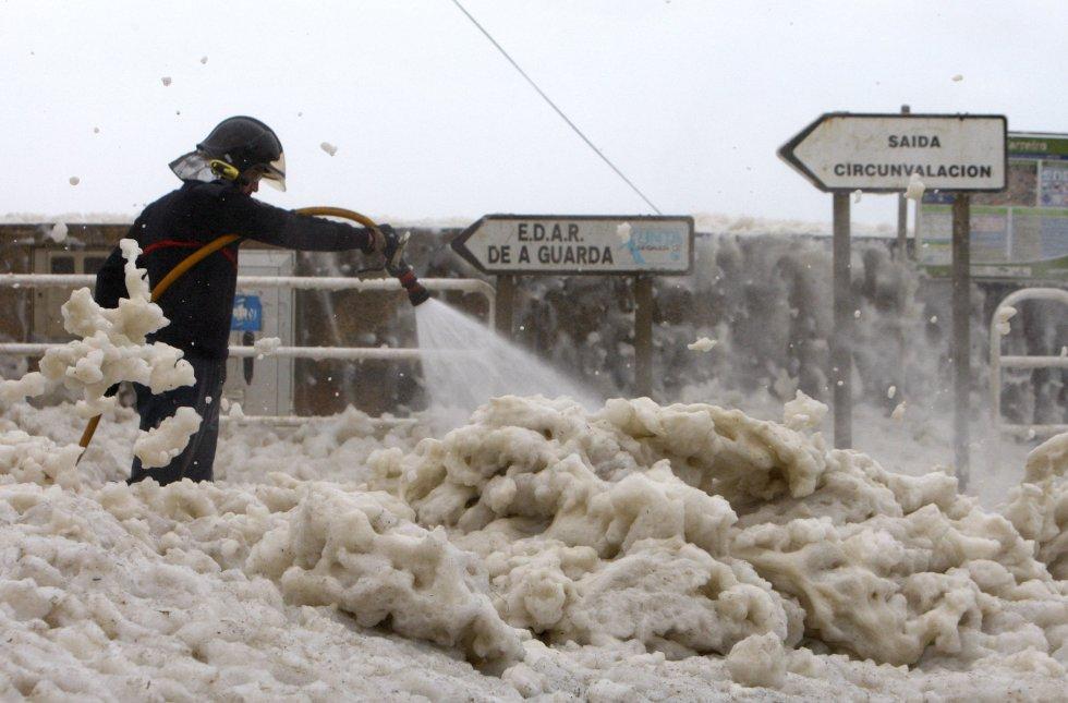 Resultado de imagen de mar de espuma en galicia G CIENCIA