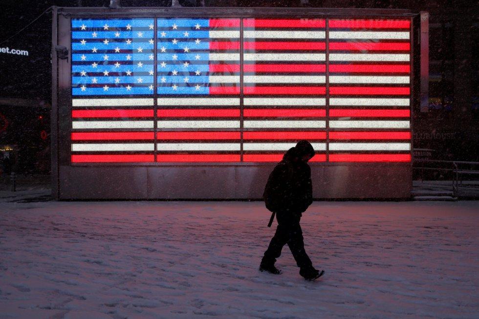 Una persona camina por Times Square cubierto de nieve, en Manhattan, Nueva York.