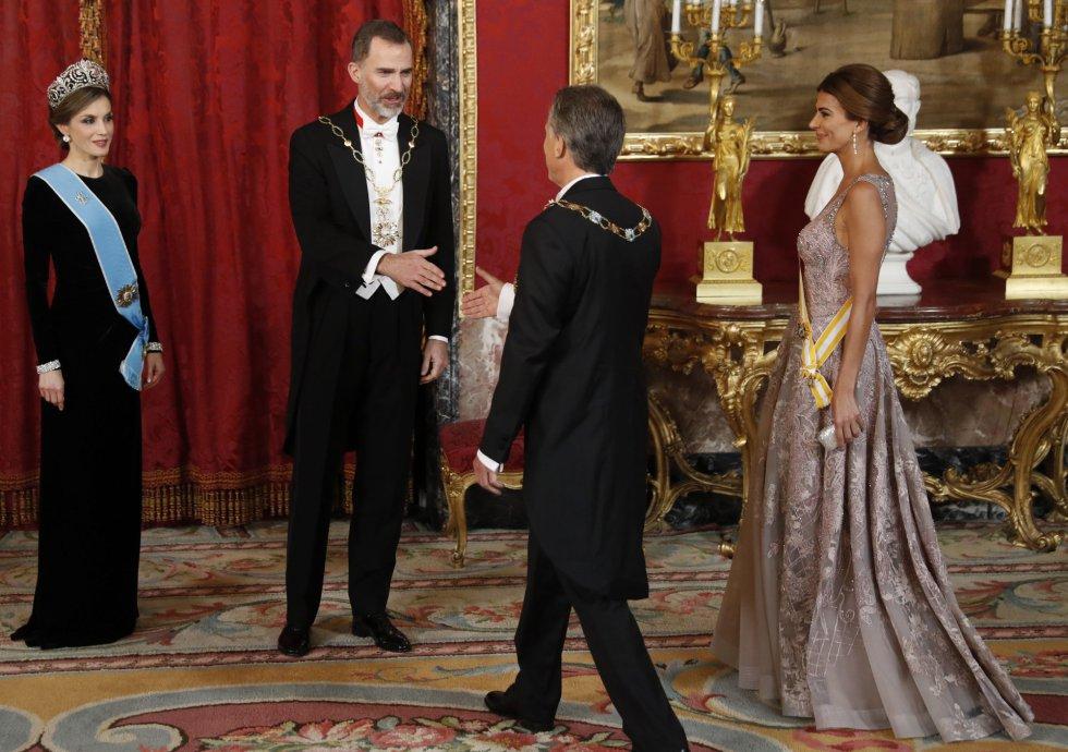 b342cc337 ... Los reyes Felipe y Letizia saludan al presidente del Argentina