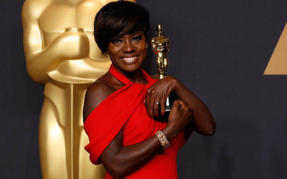 La actriz Viola Davis, emocionada, recibe el Oscar a la mejor actriz de reparto por la película Fences .