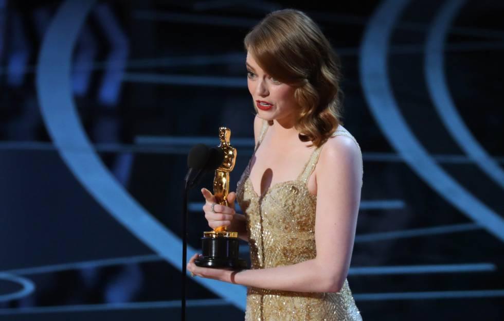 Emma Stone recoge la estatuilla por la película La La Land como mejor actriz.